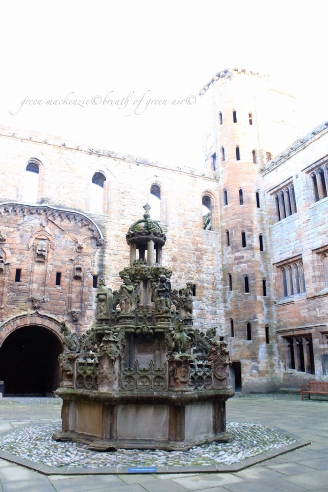 Linlithgow Palace fountain.jpg